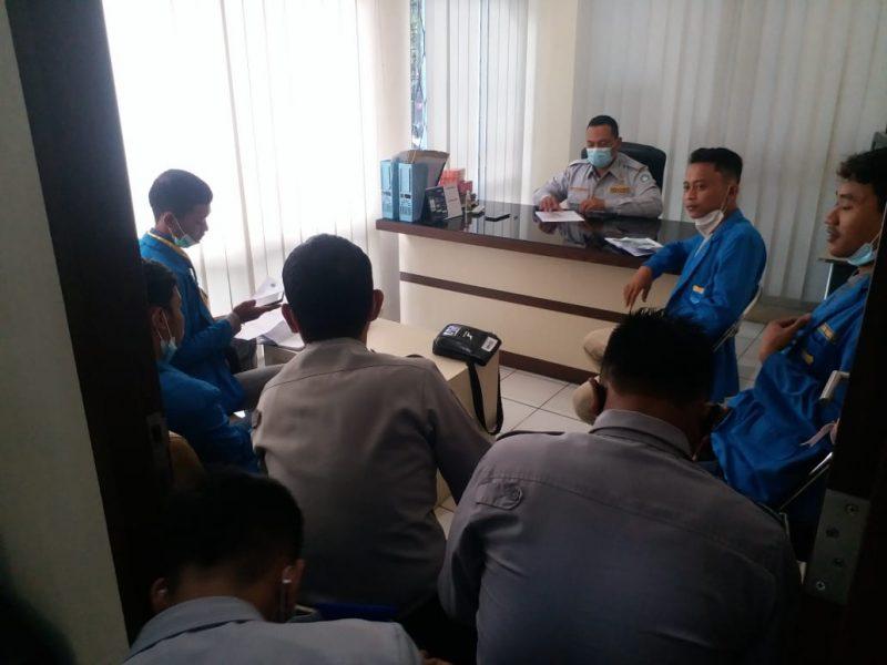 Sejumlah Mahasiswa yang melakukan audiensi dengan Kabid Lalu Lintas Dishub Lamkongan. Foto: Progresnews.id/ Ammy.