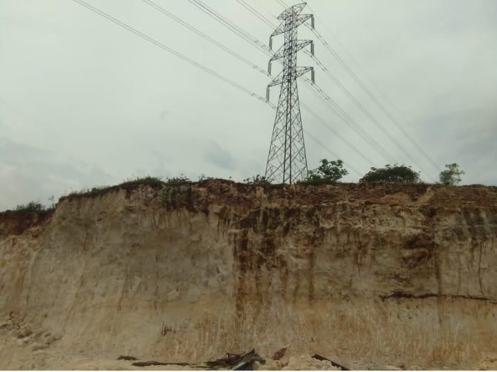 Tower sutet aliran listrik Jawa-Bali yang terancam roboh akibat maraknya tambang galian C di Desa Pantenan, Gresik. Foto: Progresnews.id/Ammy.