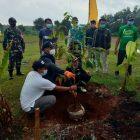Gus Yani saat turut melakukan penanaman pohon durian di Desa Petiyintunggal. Foto: Ayu