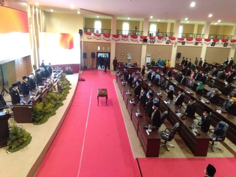 Suasana serah terima jabatan Bupati dan Wakil Bupati di Gedung DPRD Lamongan. Foto: Progresnews.id/Ammy