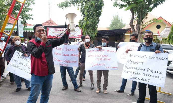Belasan wartawan saat berorasi di depan Mapolres Lamongan. (Foto: Istimewa)