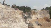 Lokasi pertambangan yang makin meluas kearah timur, kegiatan terus dilakulam meski penambangan makin dekat dengan sumber air Mazoola. Foto: Ammy/Progresnews.id.
