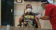 Rektor Unisla, Bambang Eko Mulyono saat menerima vaksin. (Foto: Istimewa)