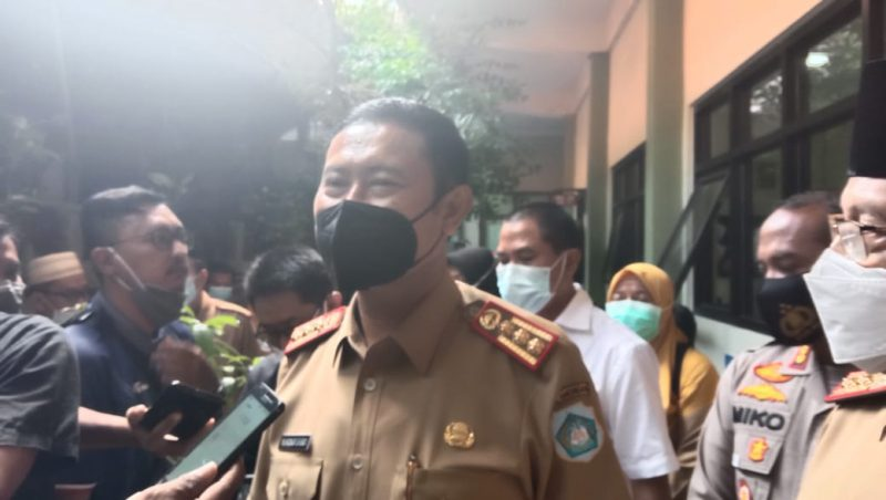 Bupati Lamongan,Yuhronur Efendi seusai vaksinasi di SMPN 1 Lamongan, Senin (1/3).
