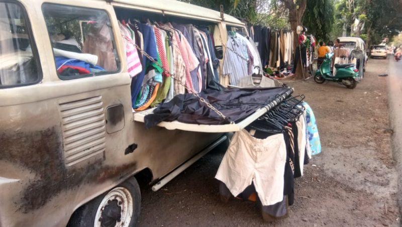 Penjual pakaian bekas di sepanjang jalan pantura Kabupaten Lamongan. Foto : Progresmews.id/Ammy.