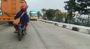 Titik lokasi perbaikan jalan yang hanya menggunakan batu untuk memberi batas pengaman. Foto : Progresnews.id /Ammy