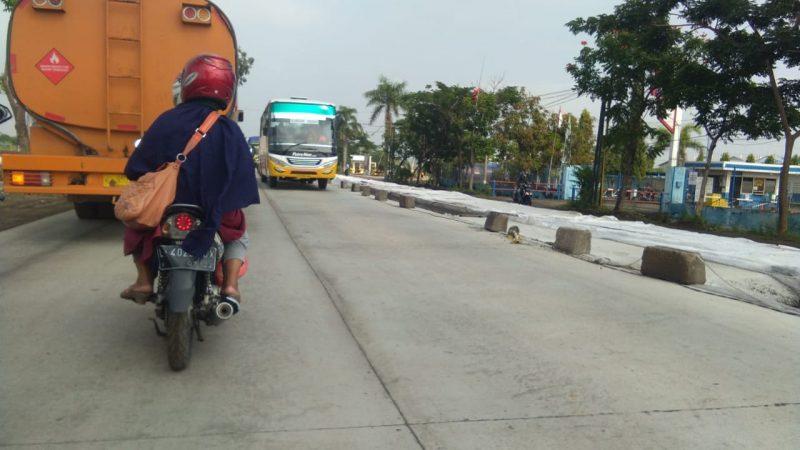 Titik lokasi perbaikan jalan yang hanya menggunakan batu untuk memberi batas pengaman. Foto : Progresnews.id/Ammy.