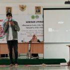Diki Alamsyah saat mengisi Seminar Literasi yang diadakan oleh HMPS Pendidikan Bahasa Arab di Auditorium STAI At-Tanwir, Sabtu (11/4).