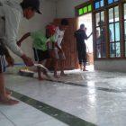 IPNU IPPNU Desa Jono melakukan Bersih-bersih mushola, Minggu (11/4).