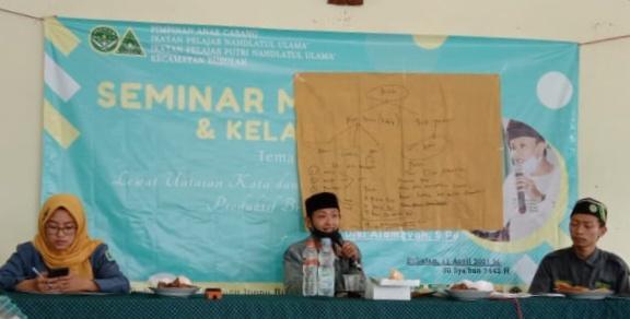 Diki Alamsyah saat mengisi Seminar Motivasi dan Kelas Menulis di Kecamatan Bubulan, Minggu (11/4).