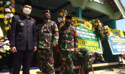 Bupati Lamongan, Yuhronur Efendi seusai melawat ke rumah duka. Foto: Ammy.