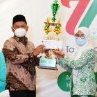 Ketua PAC Fatayat NU Panceng Teteskan Air Mata Saat Terima Tropy dari Bupati
