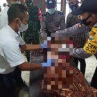 Petugas Polsek Kedungpring saat mengevakuasi jesad korban gantung diri. Foto : Istimewa.