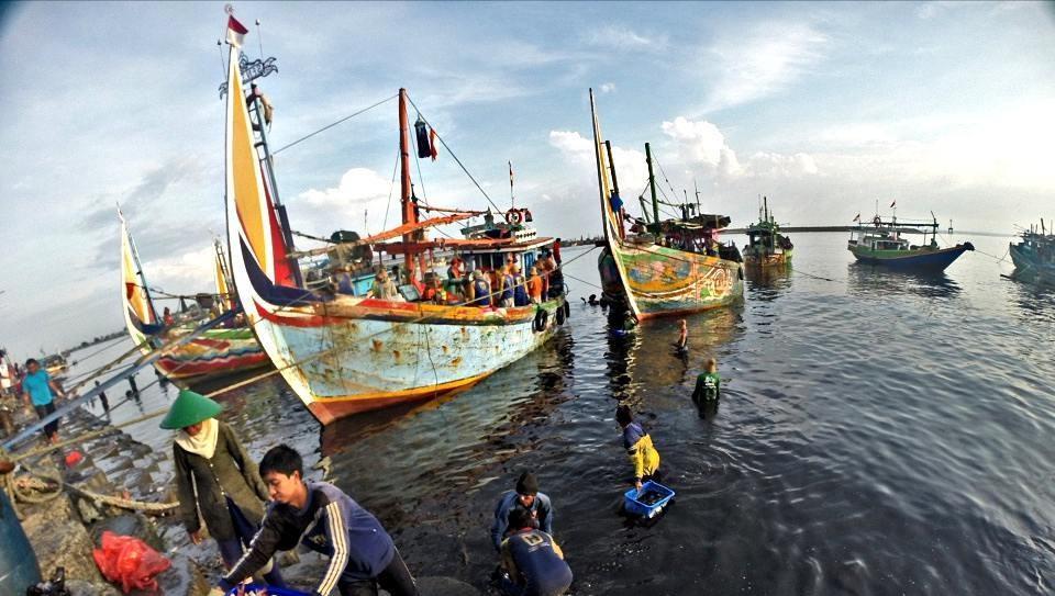 Sebagian nelayan yang hendak berangkat melaut.