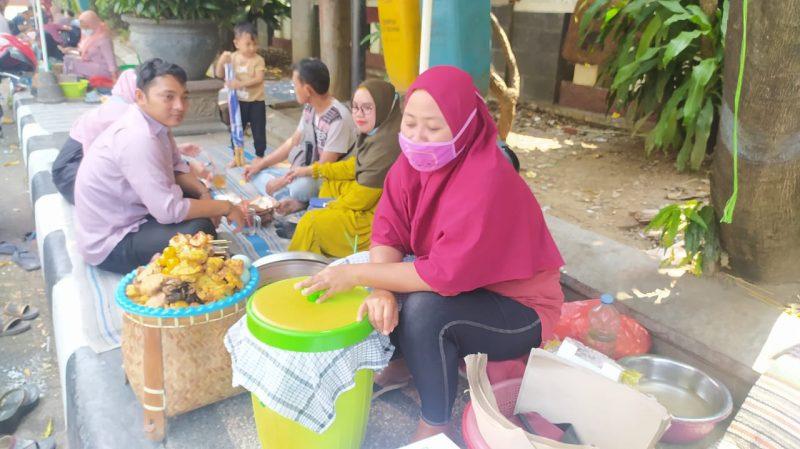 Pedagang nasi boranan yang menjajakan dagangan di Jl. Kh. Ahmad Dahlan. Foto : Progresnews.id/Ammy