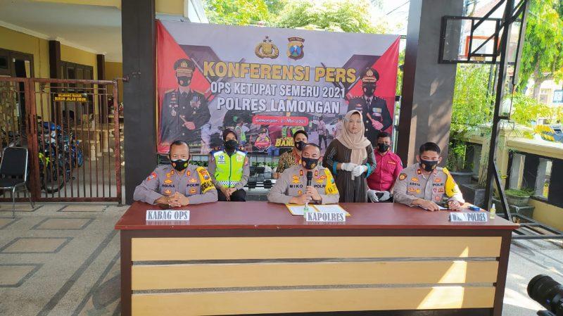 Suasana konferensi pers di halaman mapolres Lamongan. Foto : Ammy
