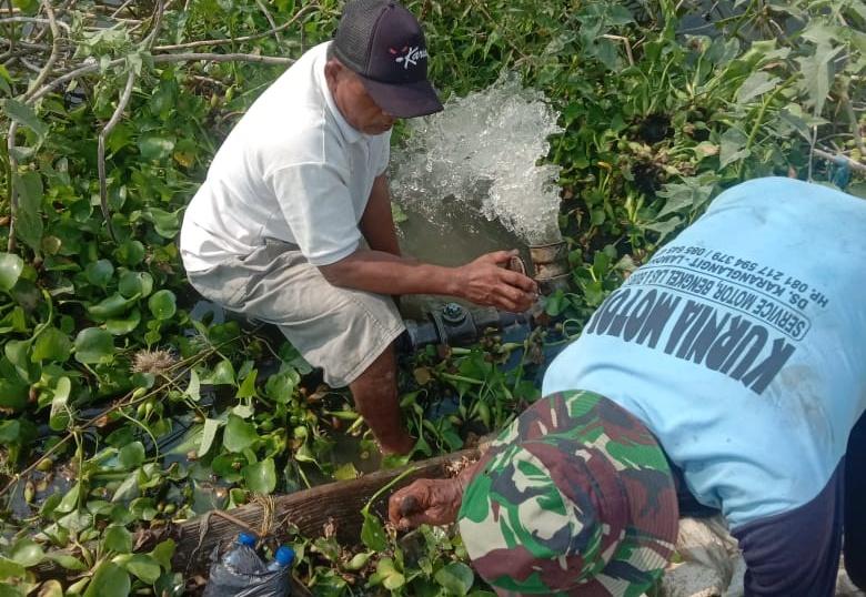 Warga Desa Pomahanjanggan Kecamatan Turi Lamongan saat memperbaiki pipa penyalur air yang rusak. Foto : Istimewa