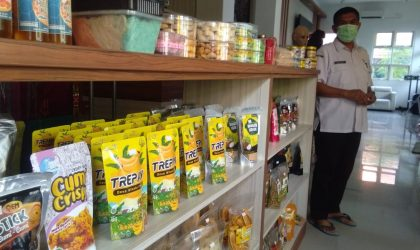Kepala Dinas Koperasi dan Usaha Mikro Lamongan, Agus Suyanto saat memperlihatkan produk pelaku usaha binaan Diskopum. Foto : Ammy.