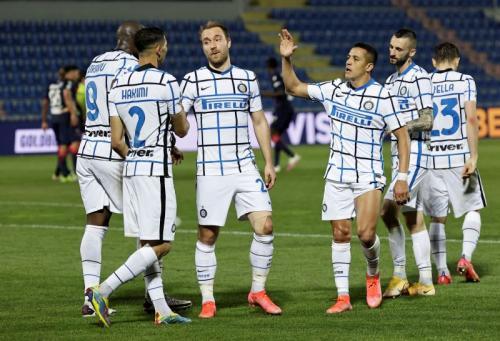 Pemain Inter Milan saat merayakan kemenangan kontra Crotone. Foto: Reaturs.