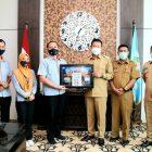 Bupati Yes Ditemani Kadin Agus dan Zamroni saat merima perangko edisi spesial dari Kantor Pos Indonesia Cabang Lamongan. Foto : Istimewa