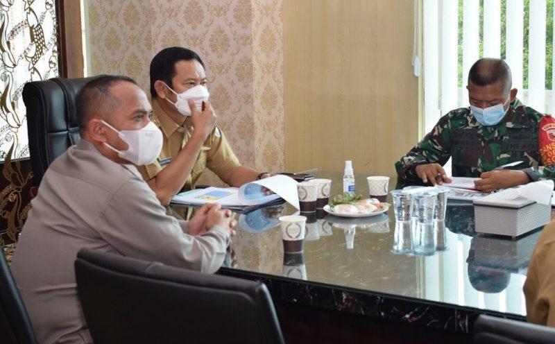 Yuhronur Efendi saat rapat koordinasi dengan dua pilar TNI dan Polri menindaklanjuti kluster hajatan di Kecamatan Modo. Foto : Ammy