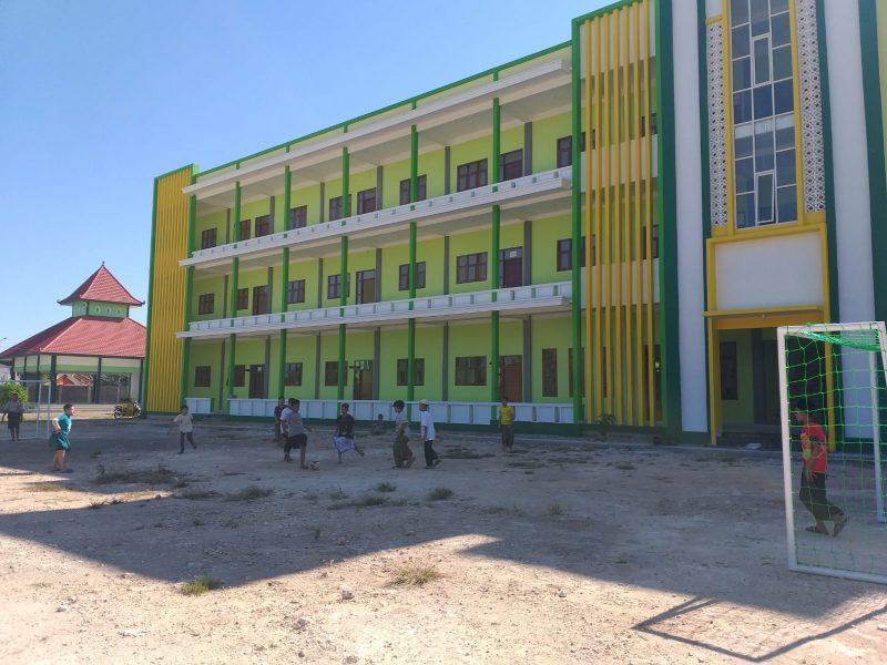 Para santri baru Pondok Pesantren Modern Sunanul Muhtadin, Sidayu, Gresik, mengisi waktu luang di hari pertama masuk asrama dengan bermain bola di halaman pesantren, Minggu (25/7/2021).