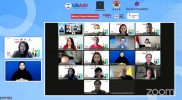 Para pemateri dan penanggap saat berswafoto bersama dalam Webinar Pelacakan Kontak: Mengoptimalkan Dukungan Masyarakat dalam 3T yang merupakan bagian dari rangkaian kegiatan dari program LeaN ON, Senin (2/8). Foto: Youtube BNPB.
