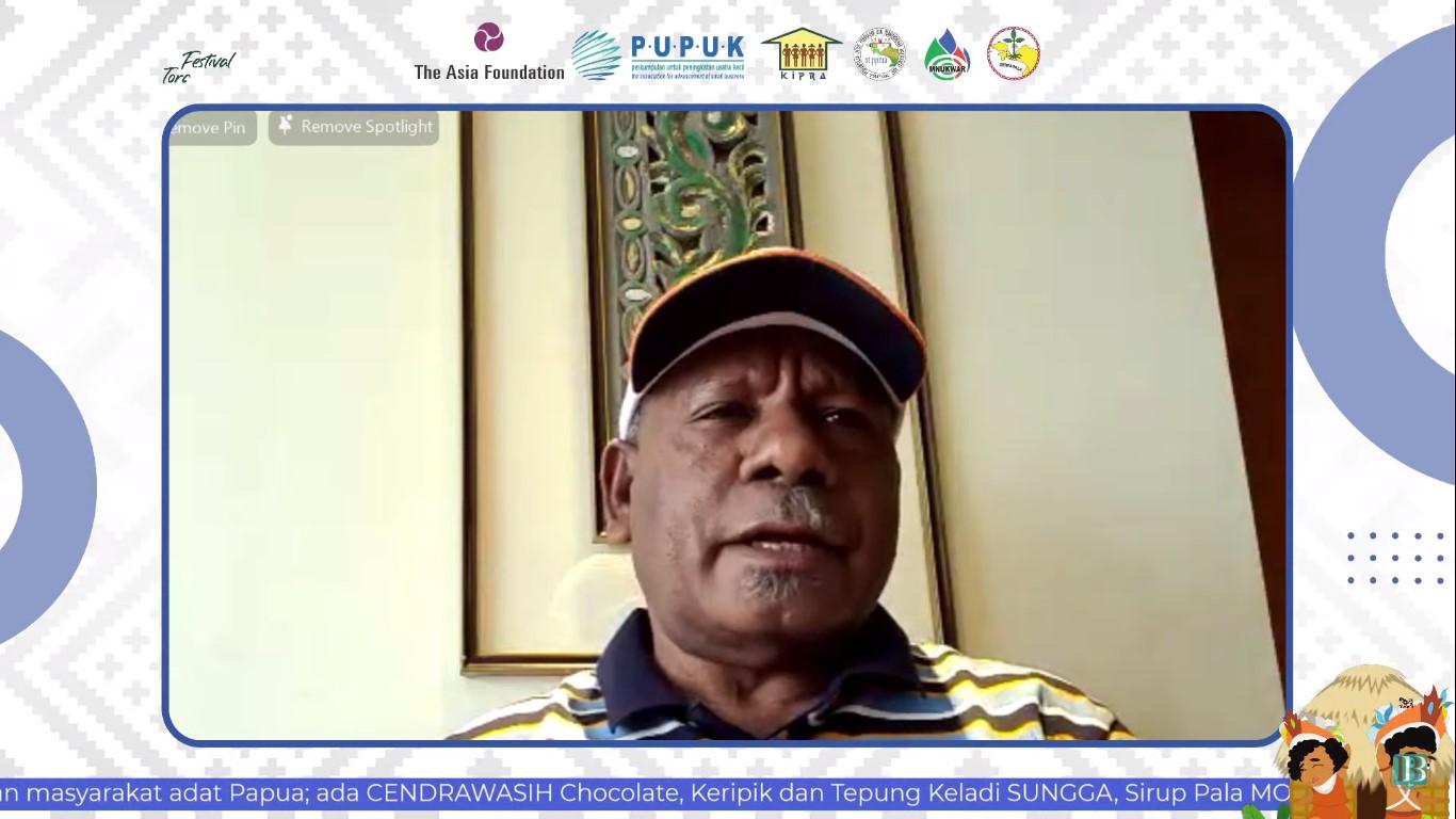Bupati Jayapura Mathius Awoitauw saat menjadi pembicara pada acara puncak Festival Torang Pu Para Para dengan tema Memperkuat Kolaborasi Pasar untuk Pengembangan UMKM di Tanah Papua, Jumat (27/8).