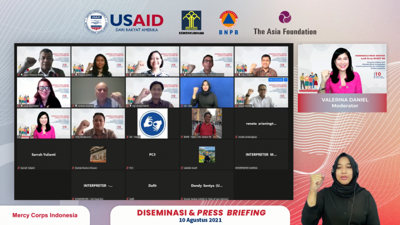 Sesi foto bersama acara  diseminasi dan press briefing bertajuk Sinergi dan Pelibatan Aktif Kelompok Rentan Termarginalkan untuk Komunikasi Risiko dan Perlindungan Pandemi yang Setara secara daring yang diselenggarakan oleh Mercy Corps Indonesia dan BNPB, Selasa (10/8).