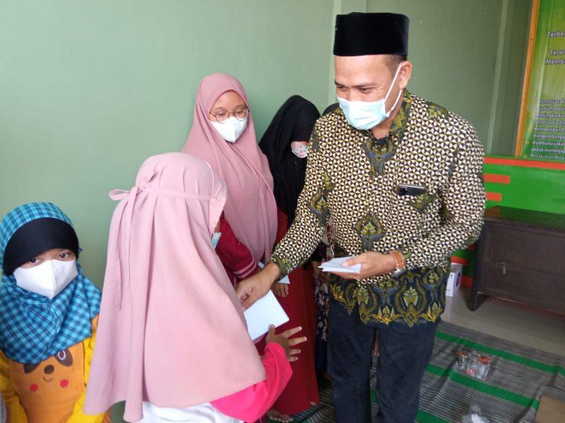Direktur KBSU Jawa Timur, Muslih Muandar, S.Pd., ME. Memberikan Santunan Kepada Anak yatim