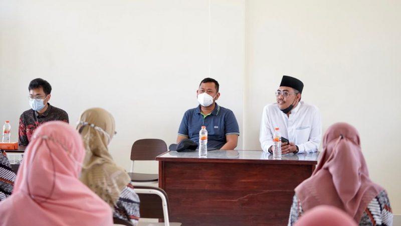 Wakil Ketua MPR Jazilul Fawaid bersama Bupati Gresik Fandi Akhmad Yani memberikan pengarahan kepada para guru Ponpes Sunanul Muhtadin.