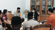 Koordinasi AKBP Nur Aziz (Kapolres Gresik), bersama KH Mansoer Shodiq (MUI Gresik) persiapkan vaksinasi.
