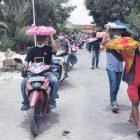Warga Desa Petiyintunggal nampak menyunggi berkat usai ikuti rangkaian acara sedekah bumi, (21/10). Foto: Chidir/Progresnews.id