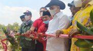 Anggota DPR RI Gus Falah saat melakukan pemotongan pita peresmian Taman Airlangga.