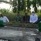 Sejumlah pengurus PCNU-MWCNU Gresik saat melakukan ziarah ke makam para kiai dan muassis NU. Foto: Istimewa.