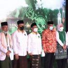 Sesi foto bersama para hadirin pada Malam Puncak Hari Santri Nasional 2021  yang dilaksanakan RMI PBNU pada Jumat (22/10). Foto: Tangkapan Layar TV9.