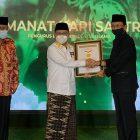 Perwakilan Rekor MURI Indonesia menyerahkan sertifikat Rekor MURI kepada Ketua RMI-PBNU Abdul Ghofar Rozin dengan disaksikan Ketua PBNU Said Aqil Siradj pada Malam Puncak Amanat Hari Santri 2021, Jumat (22/10).